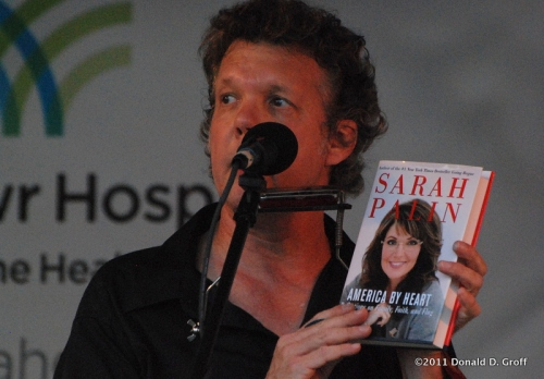 steve forbert with sarah palin book in bryn mawr on july 9, 2011